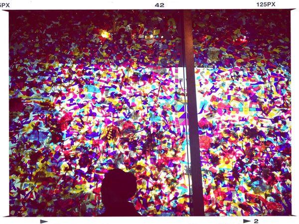 Childsplay 子ども達の作品で埋め尽くされたステンドグラス風の窓。^^