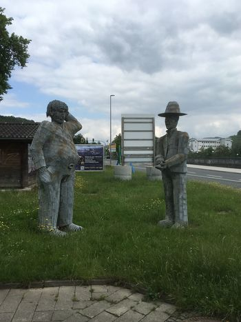 Wo habe ich nur meinen Hut hin gelegt, es regnet gleich./Where have I put only my hat down, it rains right Street Photography Taking Photos On The Road Hello World Check This Out Hello Germany Popart Kunst Skulptur
