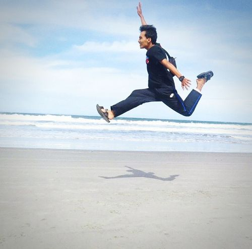 Ya, terbanglah kawan, raihlah mimpimu.. Beach Motion Men