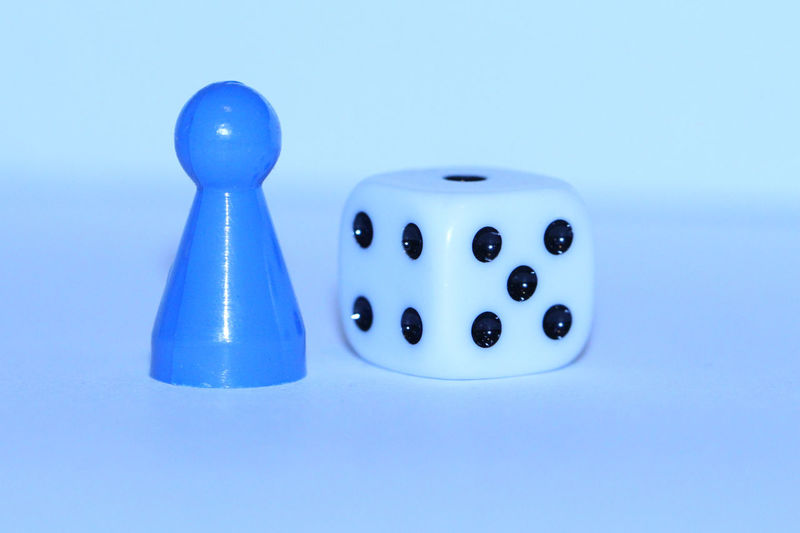 Spielfigur Würfel  Würfeln Arts Culture And Entertainment Blue Blue Background Board Game Close-up Copy Space Dice Dice Game Dices Game High Angle View Leisure Activity Leisure Games Luck No People Opportunity Relaxation Spielfiguren Still Life Studio Shot Table Two Objects