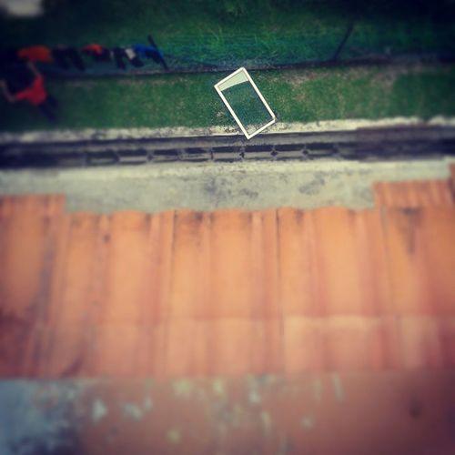 """berita terkini : benda pelik telah ditemui di sini,Nilai . """"malam tadi ribut , angin kuat gile"""" . hahahaha . woi . tu tingkap umah kitorng , tercabut time ribut . pelik betul. dah ar x pecah ,jatuh dr tgkat 4 ! Ribut Kknc Nilai Window floor cermin peliktapibenat residentialcollege . @naqiyu25 @adelryan94"""