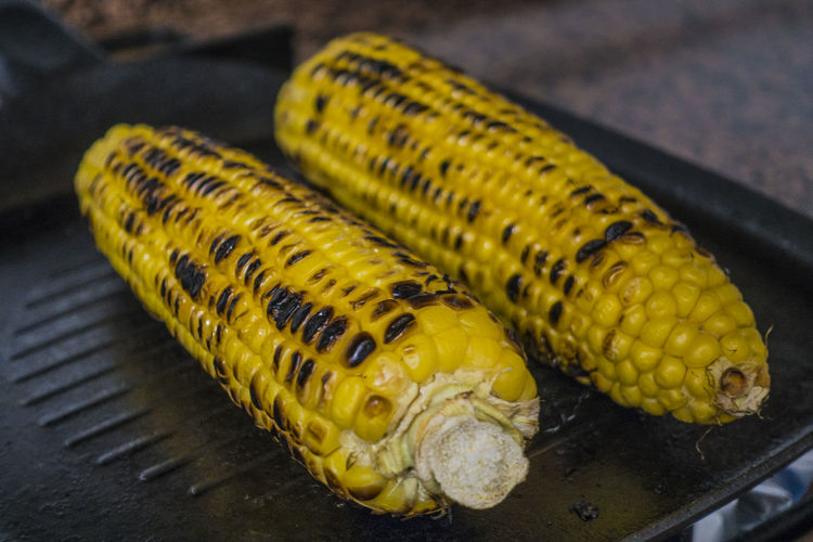 Maiz Close-up Corn Corn On The Cob Day Focus On Foreground Food Food And Drink Freshness Healthy Eating High Angle View Indoors  Mazorca Muy Rico No People Preparation  Still Life Sweet Corn Sweetcorn Table Tender Corn Vegetable Vegetarian Food Wellbeing Yellow