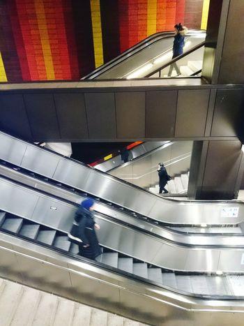 Zickzack /// Rolltreppe UbahnStation Retro Menschen Urban Geometry Open Edit