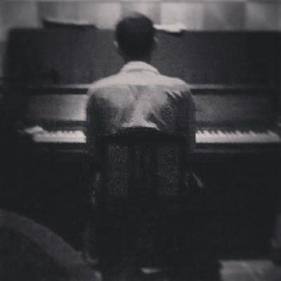 Mưa . . . Và những phím đàn . . . . . . Lâu lắm rồi chẳng đụng đến . . . Cơ bản là chẳng còn người muốn nghe . . . - - - - Ảnh của 3 - 4 năm về trước . . . :)