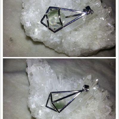 綠幽靈靈擺(相為同一粒,前後面!) 綠幽靈其實也是水晶家族的一員,它是因為白水晶包覆了一些綠色的火山泥成份,也因火山泥的顏色不同,所以也造就了白幽靈水晶、紅幽靈水晶。綠色光主要對應著心輪,影響的腺體為心、肺、免疫系統、胸腺、淋巴腺,可治療心痛、心臟病、高血壓、呼吸困難、緊張、失眠、憤怒、妄想、癌症,尤其治療癌症最好是用綠色。綠光只選擇健康的細胞供給養分。壓力大時,拿著綠幽靈冥想綠光充滿全身,可以解除緊張放鬆自己。綠色光代表著財富中的正財,它可以讓你在事業上有好的運氣、機會、朋友和貴人相助,它也可平衡人的心靈,讓你樂觀正面、喜歡看人的優點、友善、好交際團體中是活躍份子、兩性關係中能屈能伸。 綠幽靈 靈擺 吊墜 水晶 天然水晶 礦石 hkig hkonlineshop hkonlineshopping hkigshop 852 852shop 手飾 飾物 現貨 hkseller