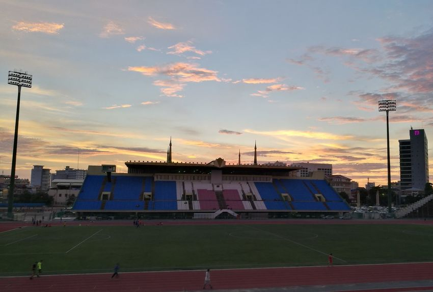 Have a run across stadium with co-worker (Suy haylee)