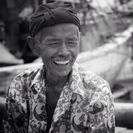 S M I L e • familiar dengan wajah ini? yang sering ke pelabuhan sunda kelapa tunjuk tangan