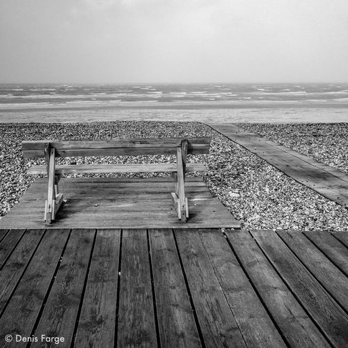 Personne pour regarder la tempête ! Bnw_friday_challenge Bnwlovers Bnw_demand IPhone5 Denisfarge Bnw_captures Bnwphotography Bnw Noiretblanc Noir Et Blanc Minimalism_bw Minimalmood Minimalist Photography  Minimalisme Minimalism Vagues Cayeux Sur Mer Mer Banc Sea Water Horizon Over Water Beach Tranquil Scene Wood - Material Sky Nature Outdoors No People Beauty In Nature An Eye For Travel