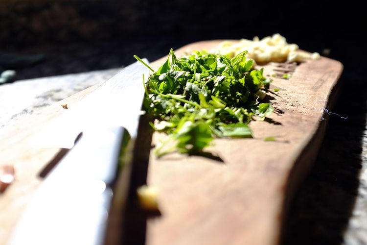 ajo y perejil Food And Drink Food Selective Focus Freshness Healthy Eating Wood - Material Cutting Board Green Color Indoors  Close-up Still Life Wellbeing Table Vegetable Knife Kitchen Knife No People Leaf High Angle View Herb Chopped Perejil Y Ajo Cuchillo Perejil Ajo The Foodie - 2019 EyeEm Awards