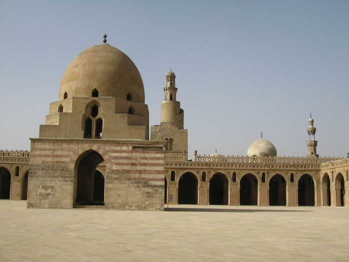 Au Caire, il y a tant de monuments à visiter que la Mosquée d'Ibn Touloun est délaissée. (Inb Tulun Mosquee is forsakken). J'aime la rigueur toute militaire, et surtout la simplicité de ce monument, construit en 876 par un homme dont la destinée fut incroyable. Cairo History Egypt Ibn Touloun Khalife De Bagdad Slavery Tulunid Dynastie Architecture Esclave Le Caire Mausolée Monument Oublié Mosquée Bleue Slave