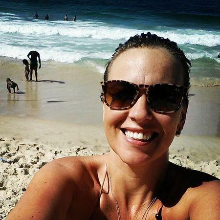 Mergulho gelado no mar lindo, na companhia de bom livro e boa música. Posso reclamar da vida, não... :-D Praia Beach LeMe Riodejaneiro brazil loveit travel travellers