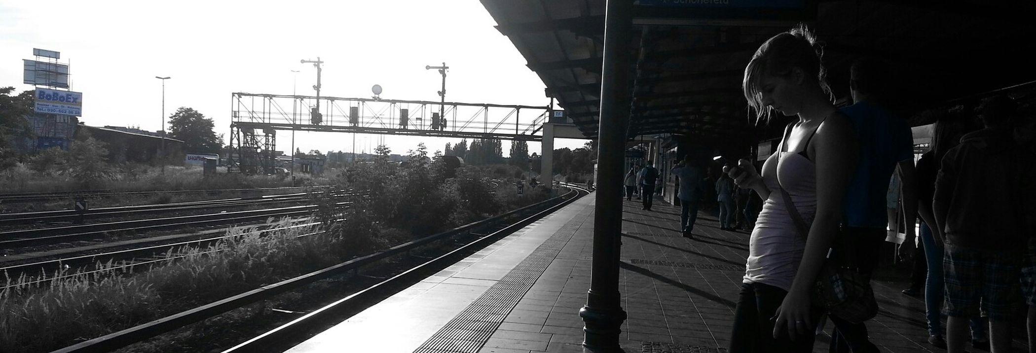 Auf Die Sbahn Warten Light And Shadow Beautiful Day Amazing View