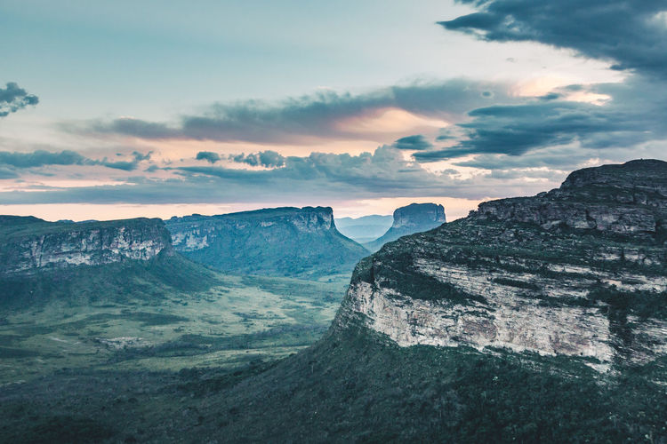 Golden hour in my favourite national park of Brazil - Chapada Diamantina. Beauty In Nature Cliff Cloud - Sky Darkness And Light Day Discover  Dramatic Sky Explore Golden Hour Jungle Landscape Mountain Mountain Range Nature No People Outdoors Scenics Sunset Table Mountain Tranquil Scene Tranquility Travel Travel Destinations Traveling Valley Sommergefühle Lost In The Landscape This Is Latin America The Great Outdoors - 2018 EyeEm Awards