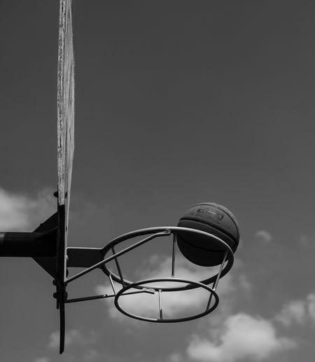 20/05/2018 Basketball - Sport Sport Court Basketball Hoop Sky Close-up Net - Sports Equipment Basketball Making A Basket Slam Dunk Scoring Basketball - Ball