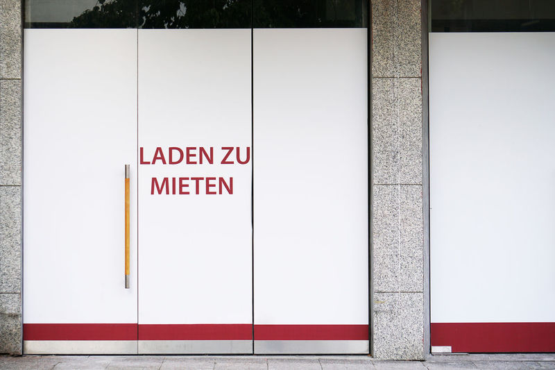 German vacancy sign on storefront - laden zu mieten translates as store to let