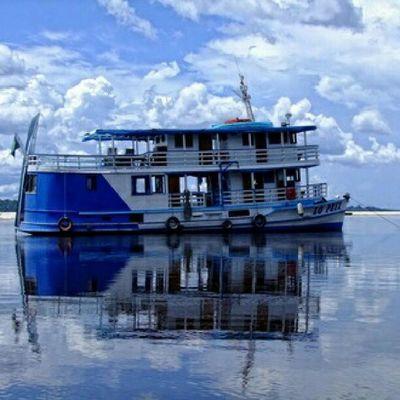 Na Amazônia, nos rios ele substitui o avião, o caminhão e os carros. Assim, navegando nos rios como se fossem estradas. Brasil_brasileiro Topstagram Tudosobretudo Fotosquefalam jornalistadeimagens clubsocial clickdahora brasilemfotos