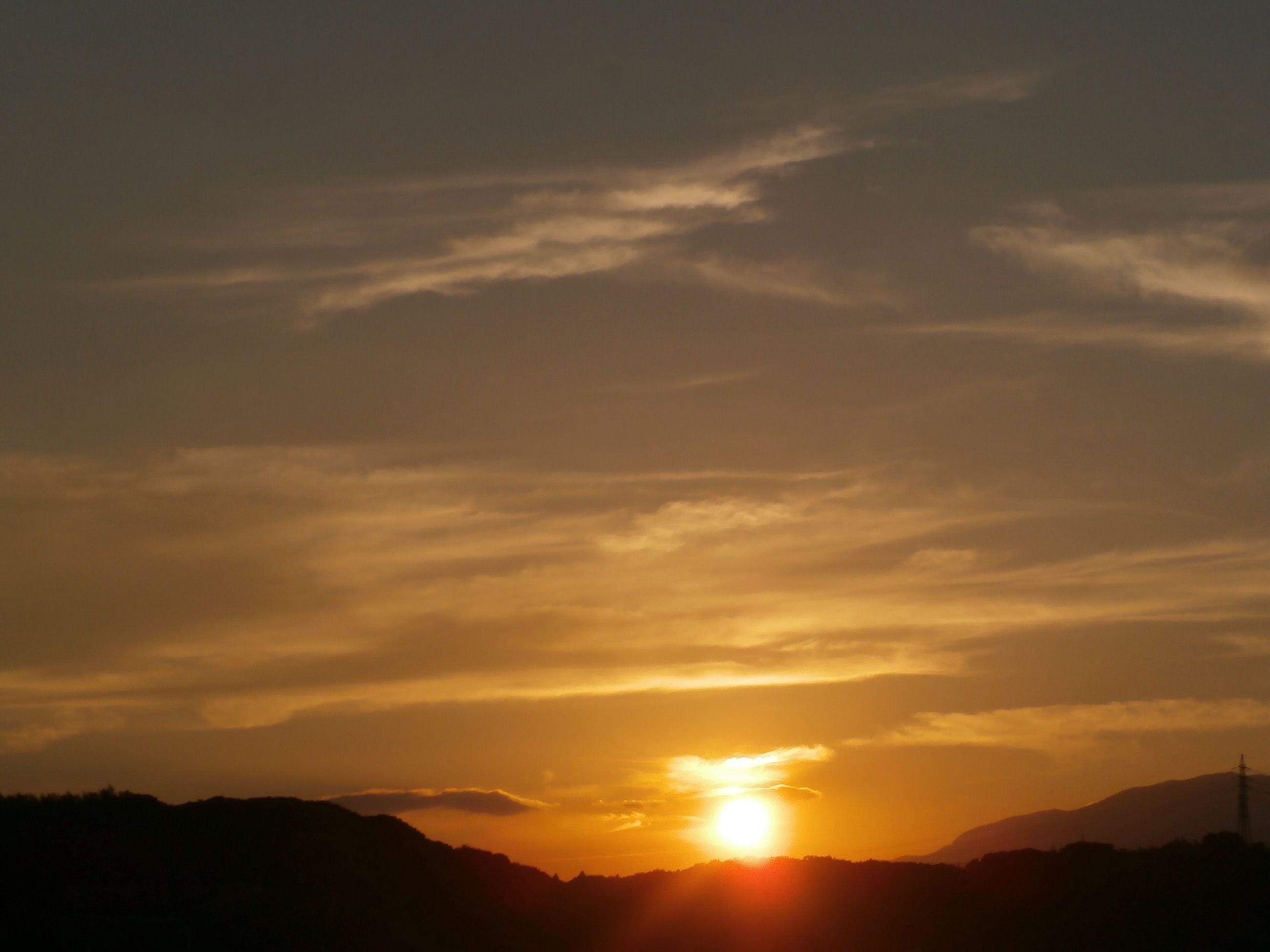 sunset, silhouette, sun, scenics, tranquil scene, beauty in nature, sky, tranquility, orange color, mountain, idyllic, nature, sunbeam, sunlight, landscape, cloud - sky, cloud, mountain range, back lit, majestic