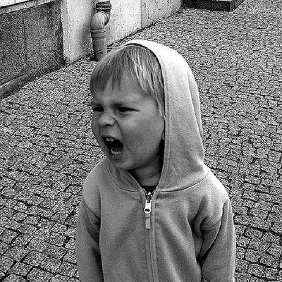 El violento es un huérfano de padre y madre. Como todo niño ante un conflicto insuperable, se siente responsable y culpable del desprecio mutuo de sus padres. No se atreve a mirarlos. No conoce el amor, para sobrevivir, su corazón se congela y el hígado toma el relevo, todo lo que le recuerda su vacio desata su ira, una ira ciega y peligrosa tambien para el, pues mata para no matarse. Brigitte Champetier de Ribes ConstelacionesFamiliares ConstelacionesSistemicas