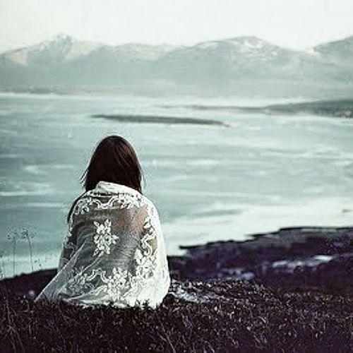 E.. Sim cansei de rir por tudo e por nada para não chorar. De chorar para dentro ser forte e n deixar a lágrima rolar.Mas doeu e dói.Dor no peito bate bem forte mas fingo q é só uma ilusão..Cansada de fingir q n vi aquilo e q n doeu.Mas doeu e me faz chorar todas as noites e pensar se alguma vez isto vai ter solução.. Só quero deixar a lágrima rolar,pegar nas malas e fugir. De tudo e de todos,só eu e Deus. Ir para um lugar bem longe de tudo e todos.Faço de.conta q aquilo ñ doeu. Sou daquelas q sofre sozinha,n chateio ninguém com os meus.problemas. Durante a noite choro.Choro pelas magoas,pelas coisas q vi e vejo e me Fazem cair no meu erro. Peço a Deus q me ajude e q de uma volta na minha vida. Doi Npossomastupodes Doivercertascoisas Vidachata