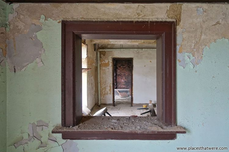 Peering through. www.placesthatwere.com Abandoned Urbex Eerie Urban Exploration Rust Belt Creepy Rot Abandoned & Derelict Ruins Urban Decay Abandoned Building Decay Abandoned Ohio Abandoned Places Dirty Window Rotting Doorway Damaged Old Ruin Frame Door Abandoned Buildings Wood Cleveland
