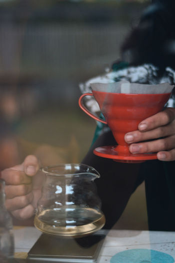 Brewing coffee using the v60 method