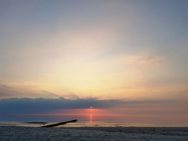 Sunset Beach Sea Horizon Over Water Water Sun Sky Outdoors Cloud - Sky Nature Tranquil Scene Tranquility Beauty In Nature Landscape Sand Scenics Silhouette Blue Reflection No People Ostsee, Deutschland, Meer, Rügen, Freiheit, Boot, Himmel, Sonne Ostsee Ahrenshoop Samsung Galaxy S7 Germany🇩🇪