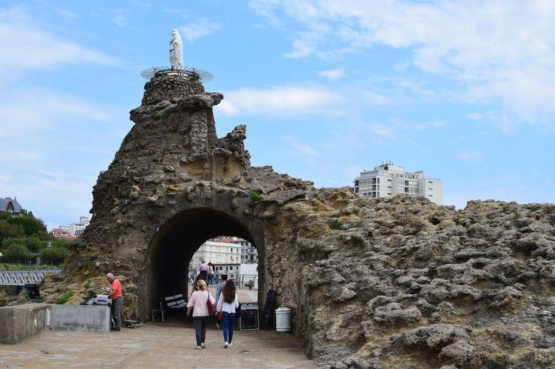 Biarritz, mai 2017. Biarritz Biarritz FRANCE Bord De Mer Boulder Outdoors Real People Rocher Sea Side