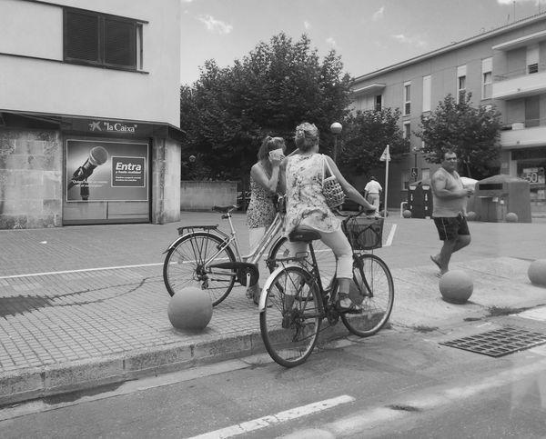 Dos  Two Mujeres Women Hablando Speacking en Bicicleta Bike Ciudadela  Menorca