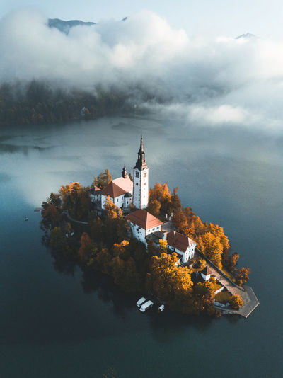 Famous bled lake in triglav national park in the julian alps. autumn colors in slovenia