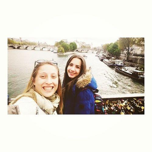 Dos feas por el puente de los candados, Paris. ♥