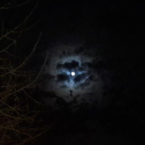 🎶Luna no me abandones más, que tiendo a recuperarme en la cuna de tus cráteres...🎶 Night Moon Sky Cloud - Sky Beauty In Nature Mystery EyeEm Nature Lover Clouds Nubes Luna Moonlover Belleza EyeEm Best Shots