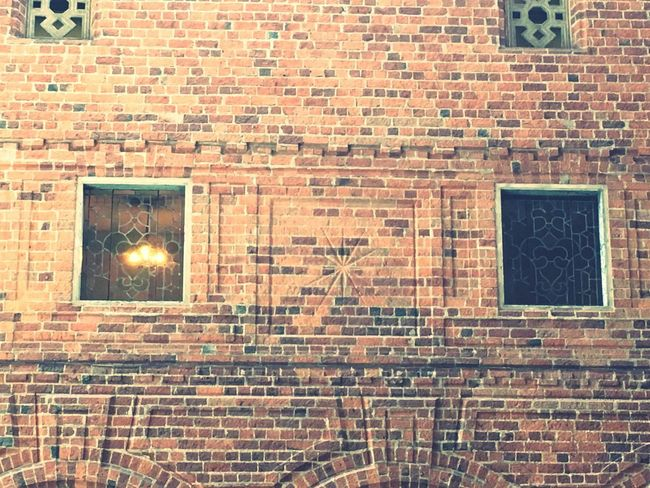 Brown 茶 古い レンガ 壁 Architecture Built Structure Brick Brick Wall Wall Building Exterior Wall - Building Feature No People Building Old Window Lighting Equipment Pattern Full Frame EyeEmNewHere