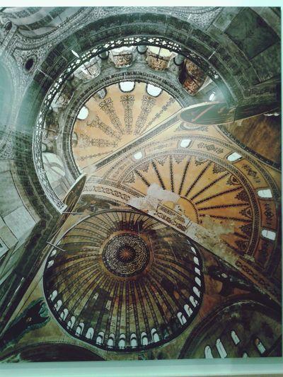 Ahmet Ertuğ Ayasofya fotoğraflarının ve dünyanın en ünlü opera ve kütüphanelerinin belgelenmesinin ardından ortaya çıkan Kubbe serisi mimarinin en ikonik alanına odaklanır. Kubbeler ilahi cennetin ve gökyüzünün temsili gibi sembolik anlamlar taşımanın yanı sıra görkemli yapılarıyla mimarinin sınırlarını da zorlar. Bizans mimarisinin sembolü haline gelmiş olan Ayasofya, görkemli kubbesiyle mimari tarihinde bir dönüm noktasıdır. (İstanbul Modern)