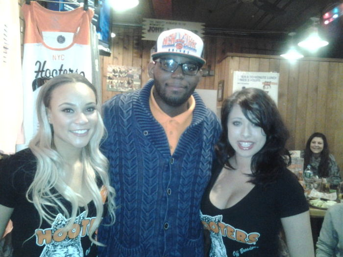 busting down wings n chilling with the hooter girls