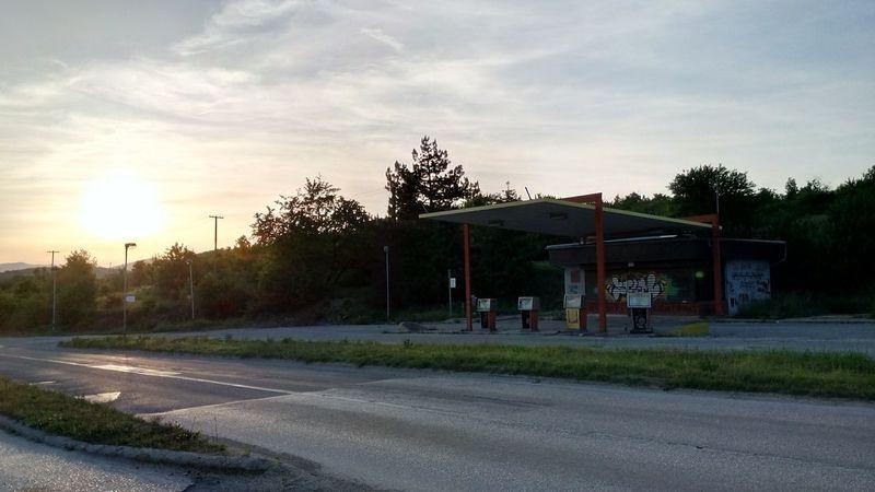 затворено = closed Gasstation Sunset