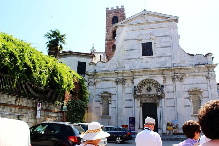 Tourist Tourist Attraction  Tourism Church Church Architecture Architecture_collection Lucca Italy Lucca Italy Architecture Built Structure Building Exterior Building Group Of People Place Of Worship Religion Belief Sky Car Nature Spirituality Plant Tree Mode Of Transportation Day