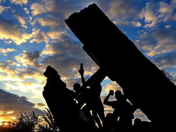 "Denkmal ""Steile Lagerung"" bei Sonnenaufgang"