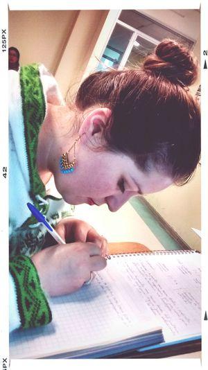 Mi tocalla escribiendo Studying