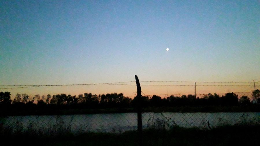 Fotografia Mobil Atardecer Al Lado Del Camino Silhouette Sunset Reflection Nature Beauty In Nature Water Sky Outdoors