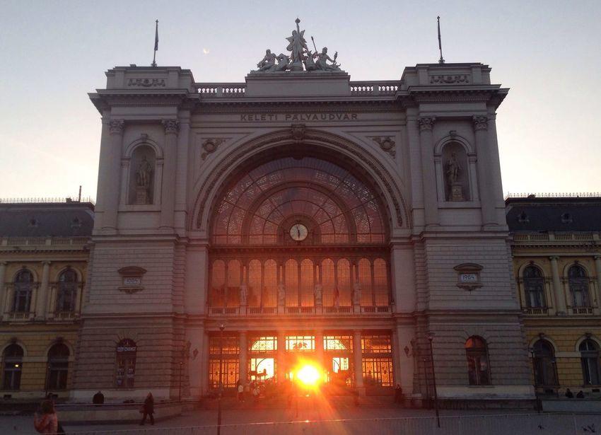 Keleti Pályaudvar Keleti Railway Station Budapest Sunrise Railwaystation Architecture Sun