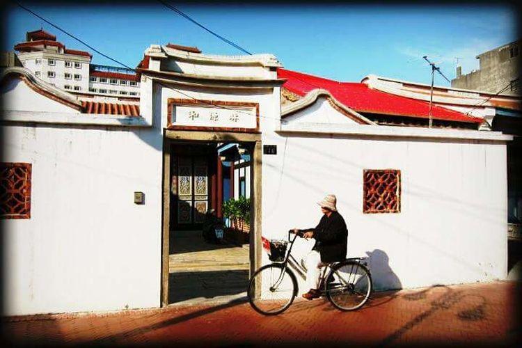 董娘騎車在鹿港小街 Taiwan Lukang