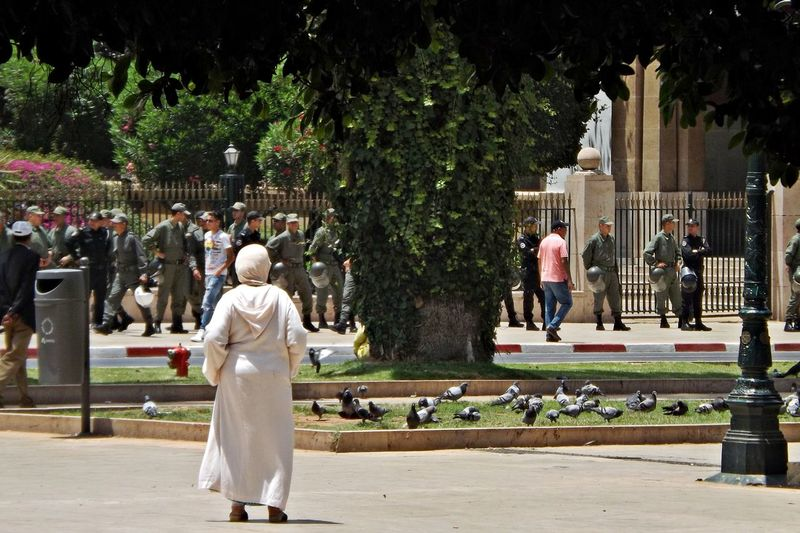 Adult Arme Avenue Day Force Full Length La Garde Large Group Of People Maroc Men Outdoors People Pigeons Police Real People Sculpture Solda Tree TROUPE Ville Walking Women
