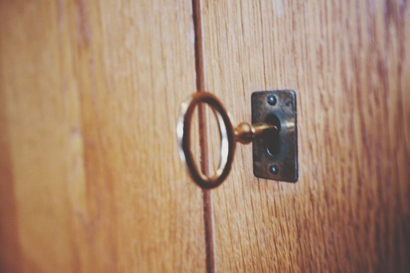 Schlüssel EyeEm Selects Door Entrance Wood - Material Close-up Metal No People Brown Safety Security Knob Old Closed