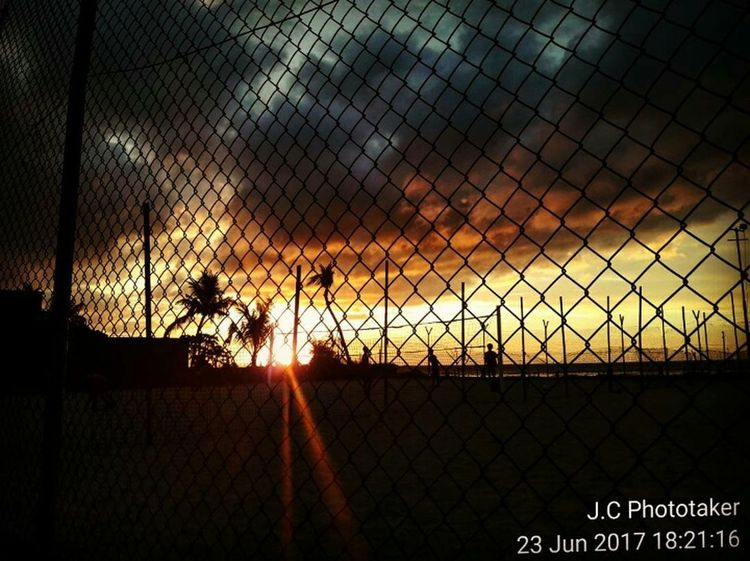 Que Pôr do Sol 😍 Outdoors Backgrounds Travel Destinations Streetphotography Photography Traveling Photography MadeInTimorLeste Justgoshooteverything MyPhotography Sky Beauty In Nature Nature sunset #sun #clouds #skylovers #skyporn #sky #beautiful #sunset #clouds and sky #beach sun _collection sunst and clouds Sunset Porn Sunrise_sunsets_aroundworld Sun_collection, Sky_collection, Cloudporn, Skyporn Photograpy Sunsetphotos