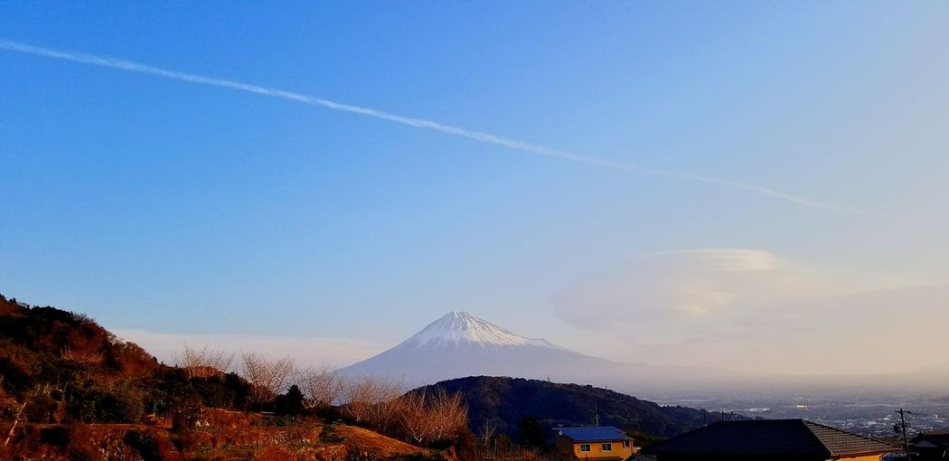 おはようございます。今朝7時頃の我が家からの富士山です。富士山の右側にはレンズ雲。上の方には飛行機雲。お天気下り坂のサインかな?天気予報当たるかな? @yasuhikoookubo 富士山 我が家より 青空 Blue Sky レンズ雲 飛行機雲 Mt.Fuji おはよう お天気下り坂みたい Mountain Outdoors Beauty In Nature Snow Nature Sky Clear Sky