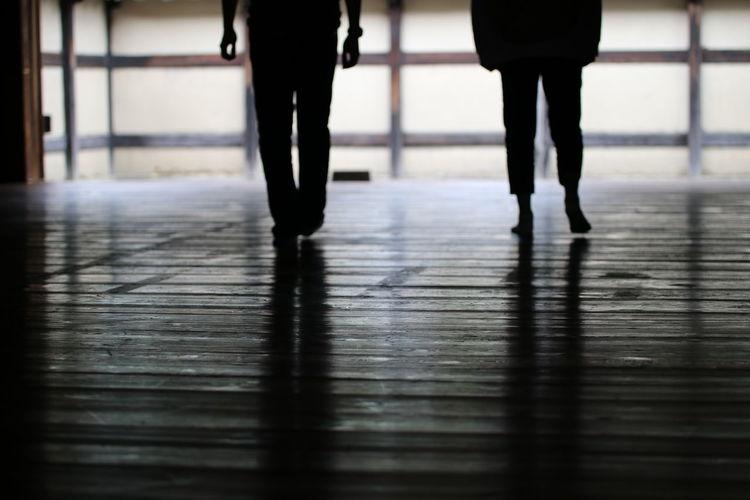 柔道場のふろーりんぐ😆 Low Section Flooring Indoors  Footwear Walking Standing Floor EyeEm Gallery Culture Eyeem Photography 一目惚れんず おはよう~😆 今日は青空が見える🙌🙌