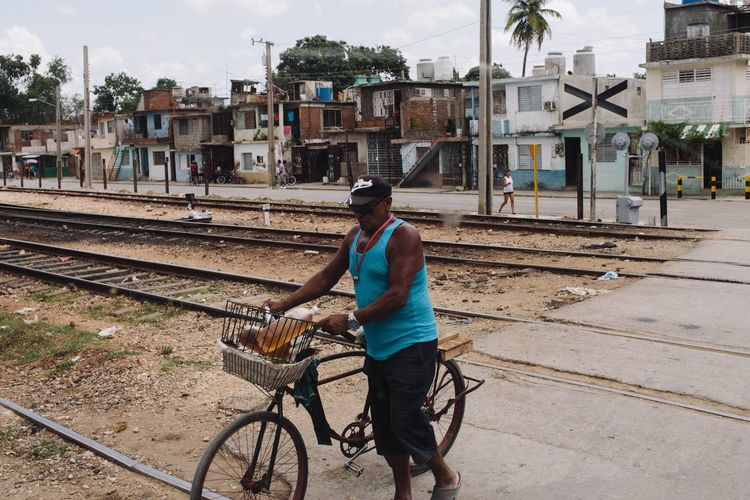 Transportation Railroad Track Full Length Travel Building Exterior Mode Of Transport Casual Clothing Architecture City Vscocam Bag Railroad Station Platform City Life Day Railway Track Railroad Station Young Adult Person Focus On Foreground Outdoors