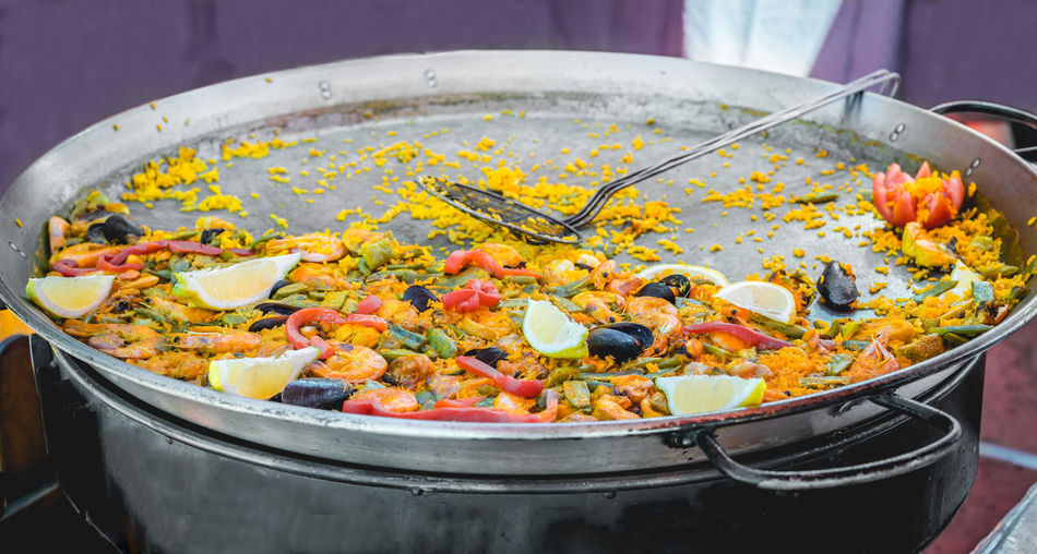 Traditional spanish seafood paella in large pot at a street food market. Cooked Food Cuisine Dinner Dish Meal Mediterranean  Paella Rice SPAIN Seafood Shrimp Spanish Spanish Food Typical Fish Food Gourmet Gourmet Food Healthy Pan Prawn Saffron Squid Traditional Vegetables