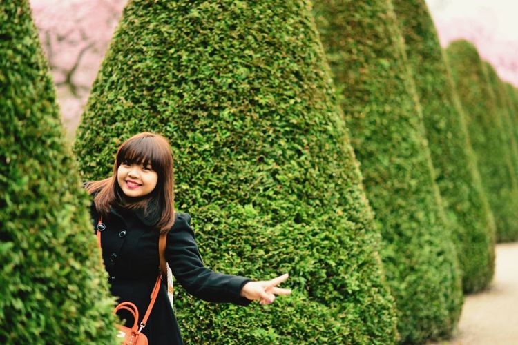Tree Young Women Portrait Women Smiling Happiness Beautiful People Beauty Green Color