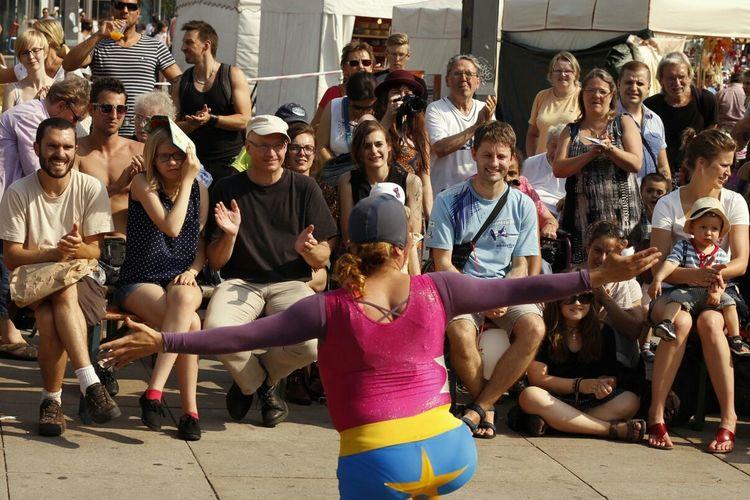 Stassenkünstler bei Berlin lacht. Hello World Artist StraßenKunstFest 2014 People